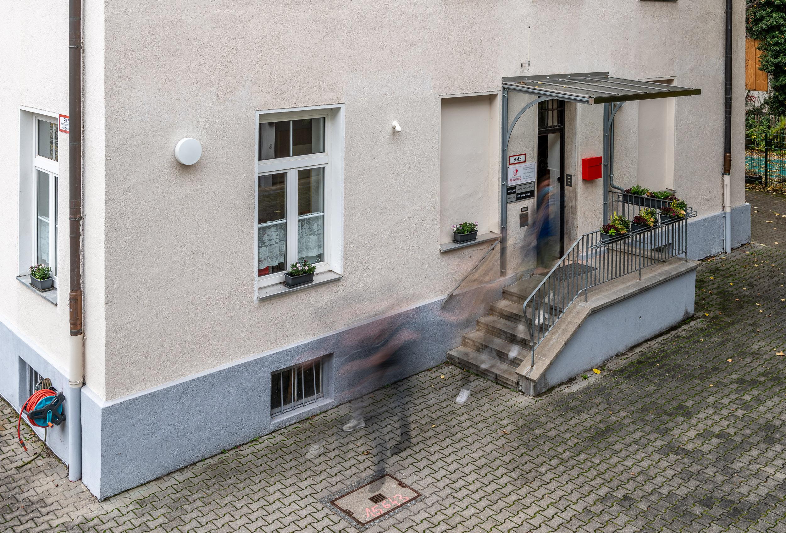Eingang zum Schulgebäude